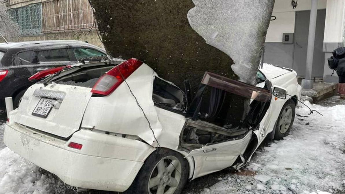 Бетонная плита раздавила Nissan X-Trail во Владивостоке