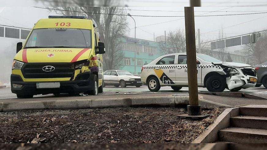 Ravon R4 протаранил скорую в Алматы