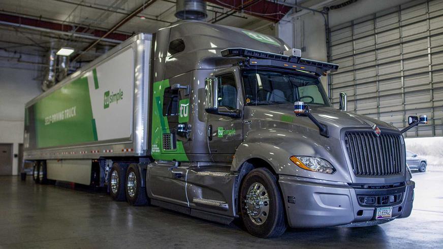 Беспилотные грузовики вдвое быстрее ведомых человеком