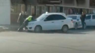 В Кызылорде полицейского прокатили на капоте