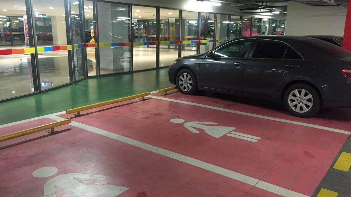 В России появилась женская парковка, но её тут же потребовали убрать