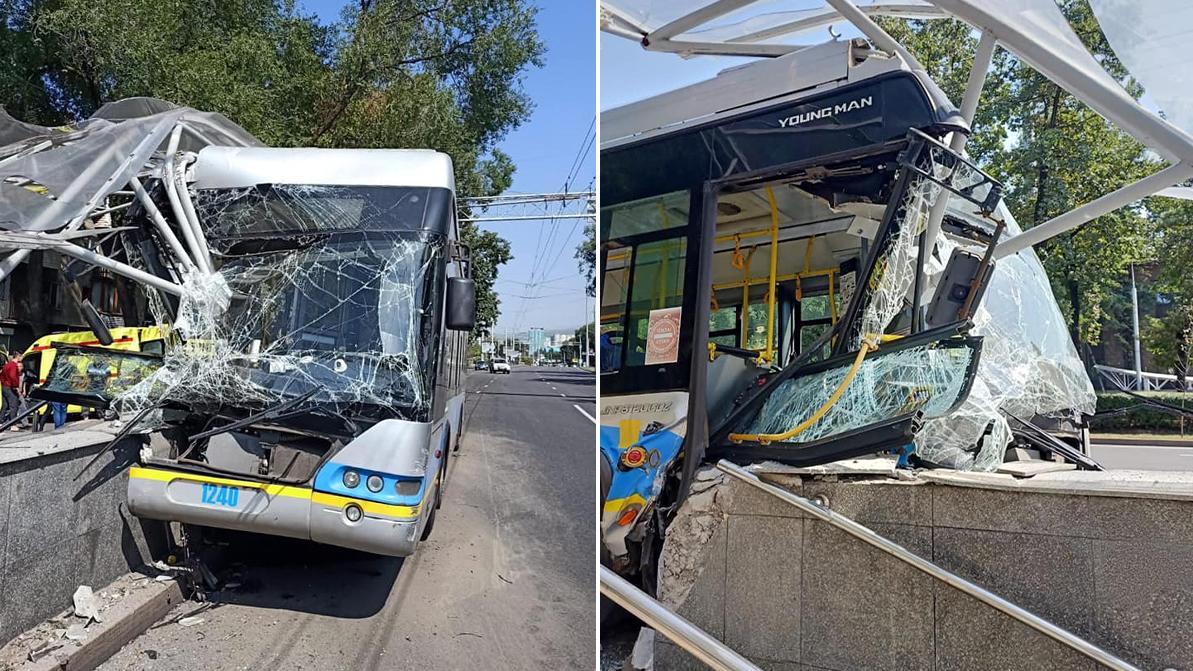 Троллейбус протаранил стену подземного перехода в Алматы