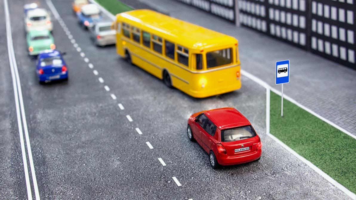 Школа «Колёс»: автобус отъезжает от остановки