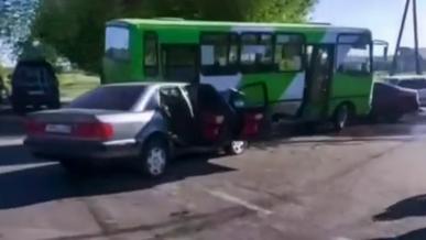 Школьный автобус попал в ДТП: пятеро детей пострадали