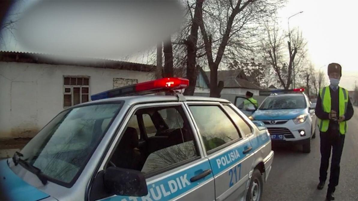На двери авто протащил водитель полицейского в Жетысае