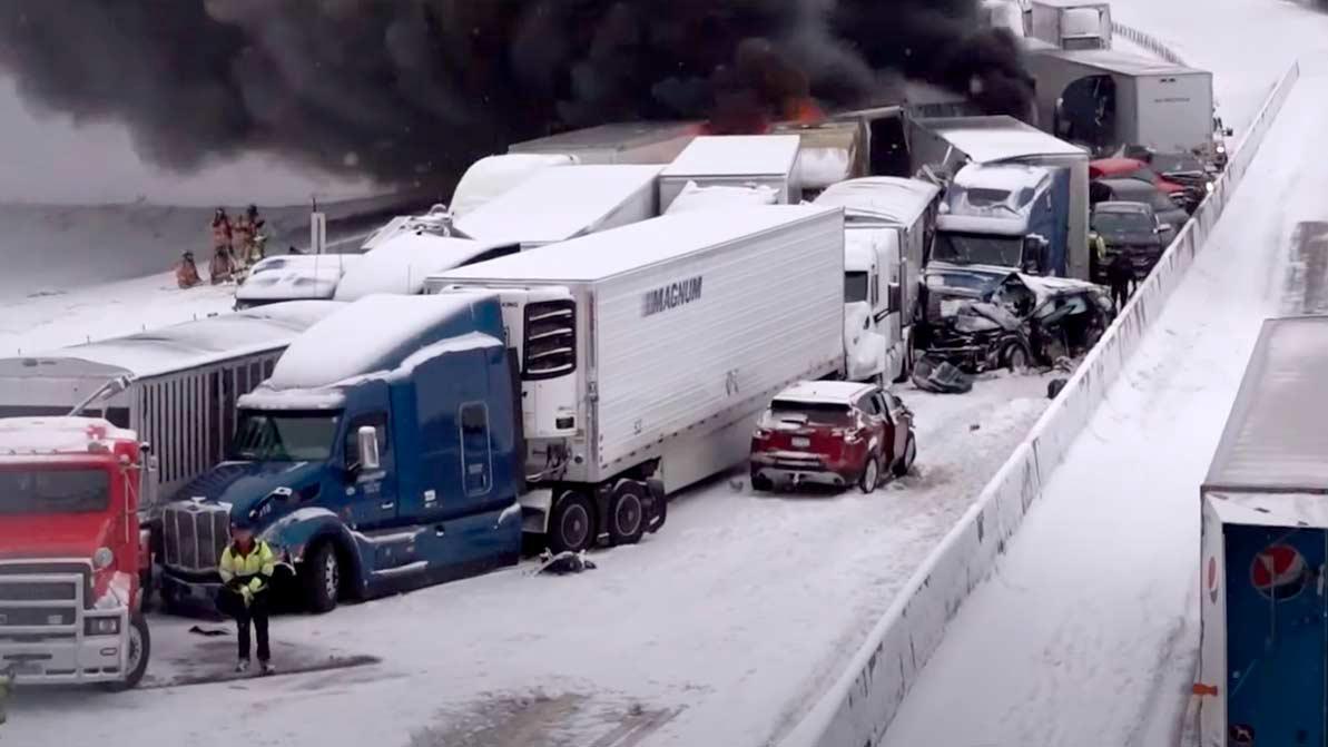 Почти три десятка автомобилей столкнулись на трассе в США