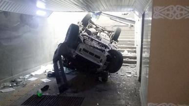 Mitsubishi Pajero улетел в подземный переход. Пятеро пострадали