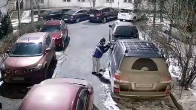 Очередной вор автомобильных зеркал пойман в Алматы