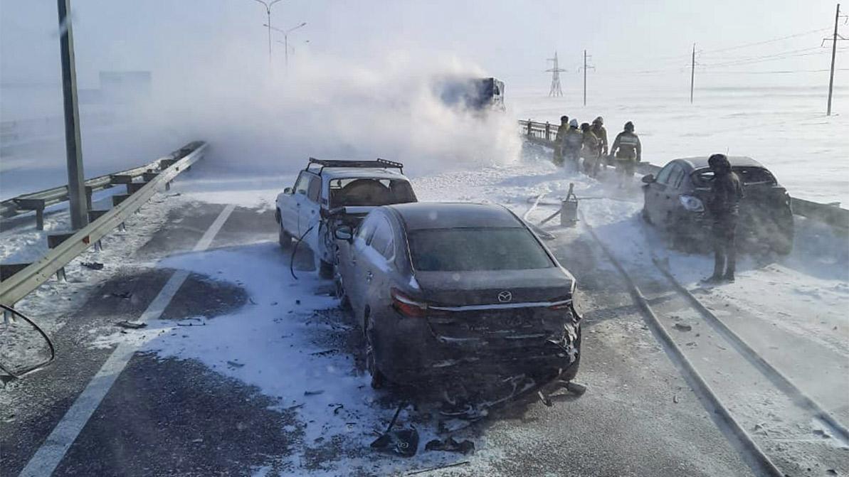 Четыре авто столкнулись на трассе в буран в Акмолинской области. Одно из них загорелось