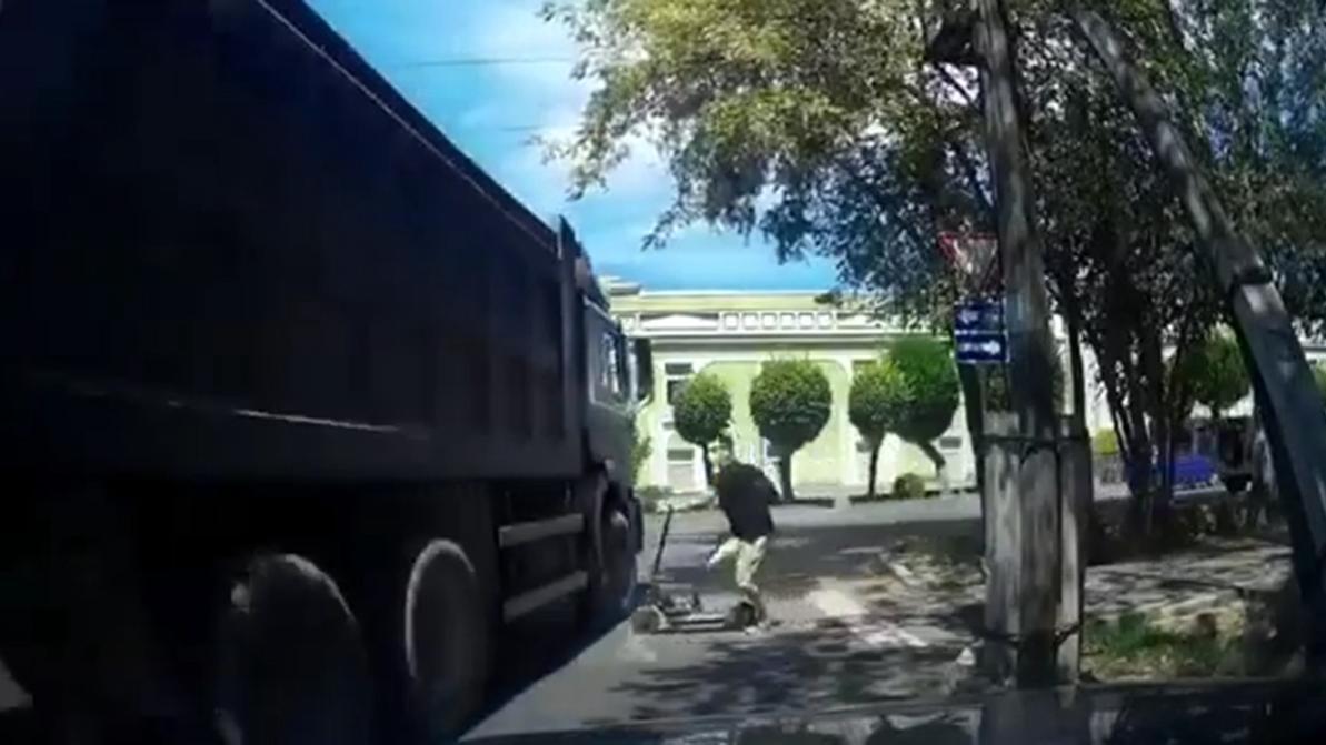 Грузовик едва не переехал самокатчика в Алматы