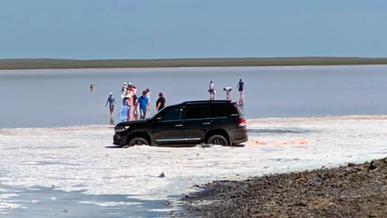 Land Cruiser в розовом озере. Водителя оштрафовали