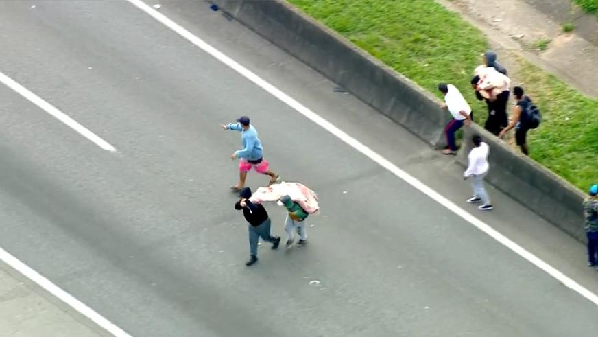 Опрокинувшуюся фуру с мясом тут же разграбили в Бразилии