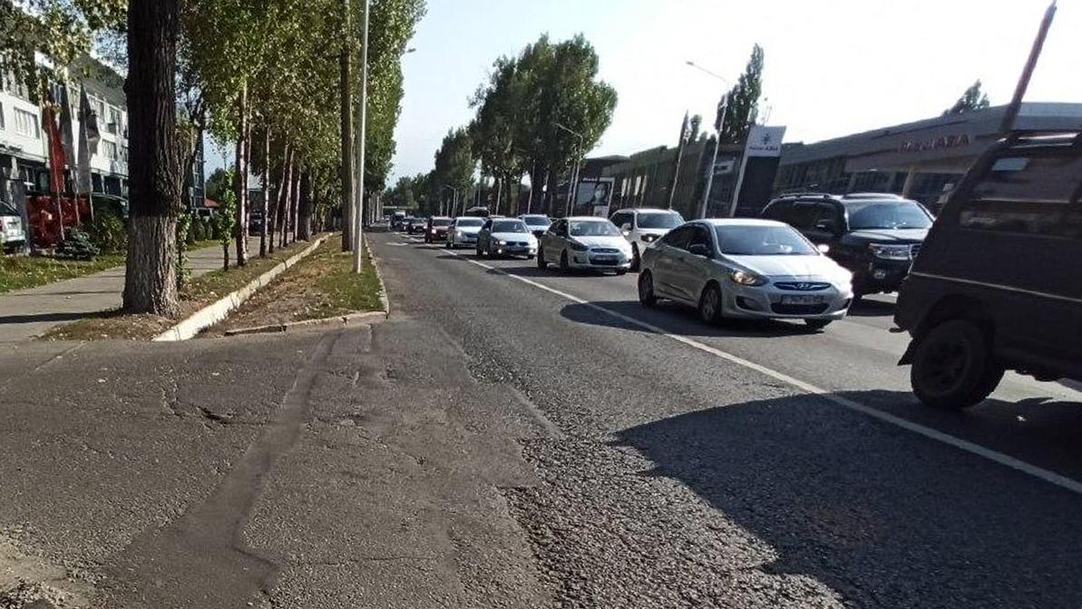 После появления автобусной полосы увяз в пробках проспект Суюнбая в Алматы