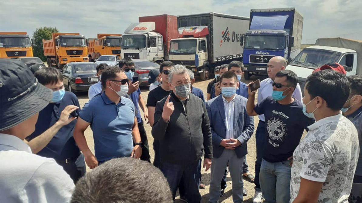 Против запуска новых участков платных дорог в Казахстане выступили дальнобойщики