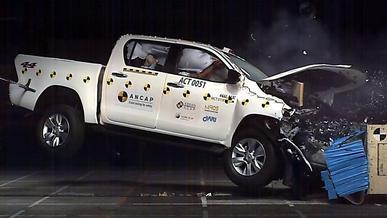 Обновлённый Toyota Hilux прошёл испытания на безопасность