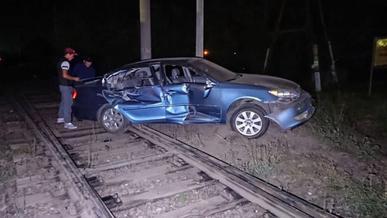 Toyota Camry попала под поезд в Алматы