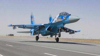 Посадку Су-27 на трассу в Казахстане сняли очевидцы