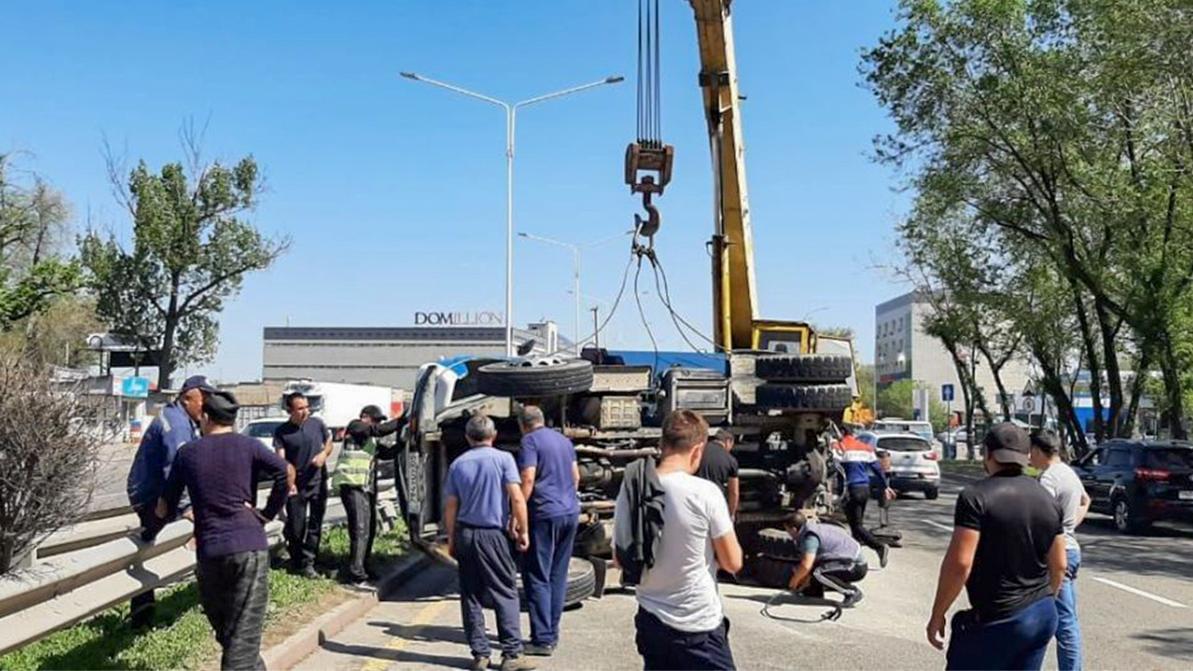 Land Cruiser 100 перевернул ЗИЛ в Алматы. Появилось видео