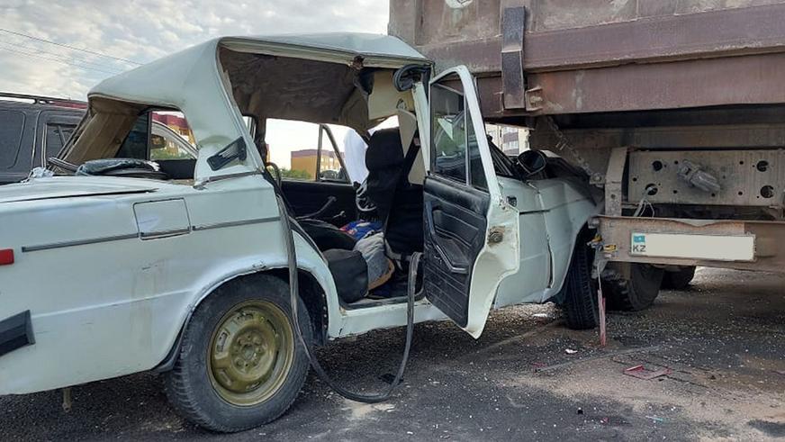 «Жигули» с десятью людьми в салоне влетел под грузовик