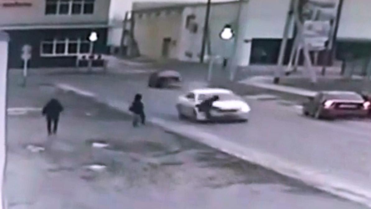 Пешеход-автоподставщик попал на камеры видеонаблюдения в Атырау