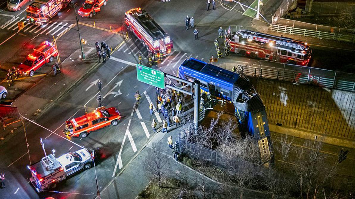 Автобус-«гармошка» рухнул с моста в Нью-Йорке