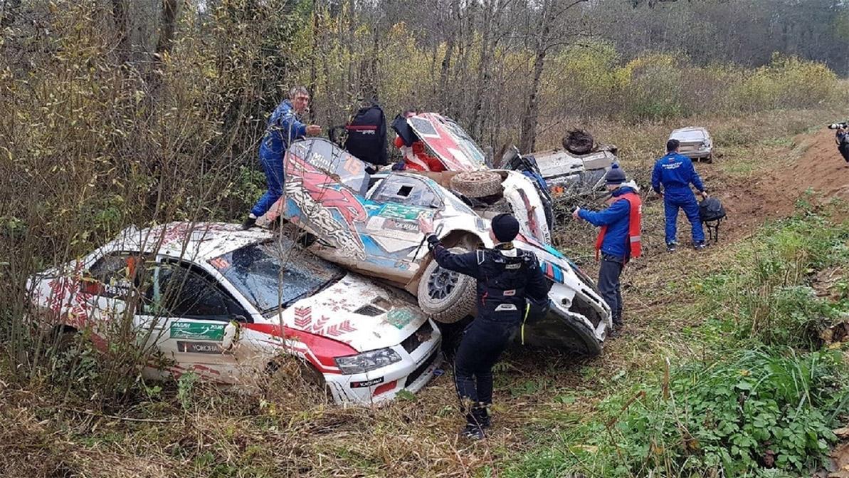 Шесть машин слетели в один кювет
