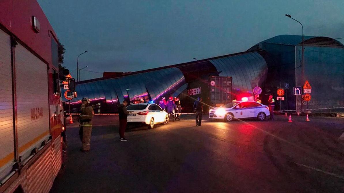 Самосвал уронил на трассу пешеходный мост