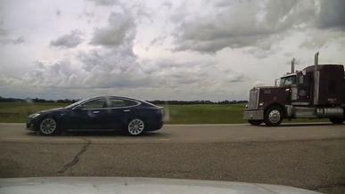 tesla-speeding-aВодитель Tesla решил поспать на скорости 150 км/чmain