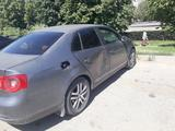 Volkswagen Jetta 2005 года за 1 470 000 тг. в Алматы – фото 2