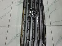 Решетка радиатора под камеру LC200 12-15 за 45 000 тг. в Атырау