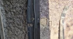 Оригинальную пластиковую планку под капотом и решёткой на Лендкрузер за 12 000 тг. в Алматы