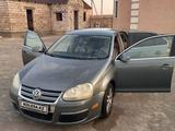 Volkswagen Jetta 2005 года за 3 500 000 тг. в Актау – фото 3