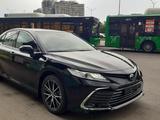 Toyota Camry 2021 года за 19 900 000 тг. в Алматы – фото 2