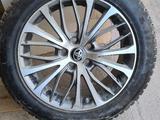 Диски с шинами 4-штук комплект с датчиками давления в шинах. за 180 000 тг. в Актау
