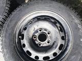 Шипованные шины б/у на дисках 205/65 R15 Разболтовка мерседес за 80 000 тг. в Темиртау