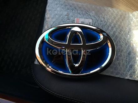 Эмблема Toyota Camry 50 Hybrid за 10 000 тг. в Костанай