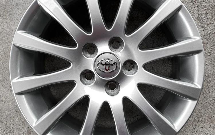 Оригинальные диски Toyota Camry R17 5x114.3 за 195 000 тг. в Алматы