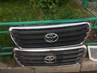 Оригинальная решотка радиатора Ланкрузер 200 за 15 000 тг. в Алматы