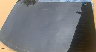 Стекло задние е60 e60 bmw оригинал за 27 000 тг. в Алматы