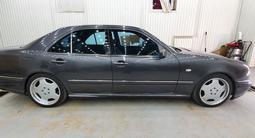 Mercedes-Benz E 280 1998 года за 3 200 000 тг. в Актау – фото 2