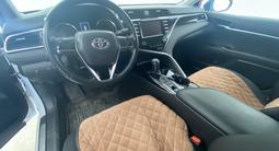 Toyota Camry 2018 года за 13 200 000 тг. в Атырау – фото 3