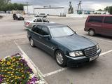 Mercedes-Benz C 180 1998 года за 2 700 000 тг. в Караганда – фото 2