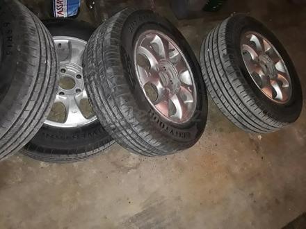 Диск с шинами почти новые шины за 70 000 тг. в Актау