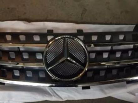 Решетка радиатора mercedes W164 черная мл ML за 75 000 тг. в Алматы