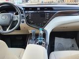 Toyota Camry 2020 года за 14 500 000 тг. в Актобе – фото 2