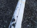 BMW E 34 усилитель заднего бампера за 5 000 тг. в Караганда – фото 2