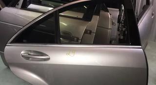 Дверь задняя правое на Mercedes-Benz s350 w221 за 111 тг. в Алматы