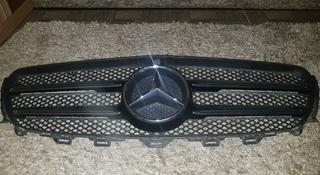 Решотка радиатора Mercedes Benz E class за 120 000 тг. в Алматы