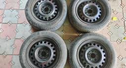 Комплект дисков на 15 с колпаками и резиной за 25 000 тг. в Алматы – фото 2