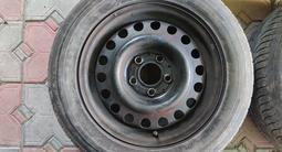 Комплект дисков на 15 с колпаками и резиной за 25 000 тг. в Алматы – фото 4
